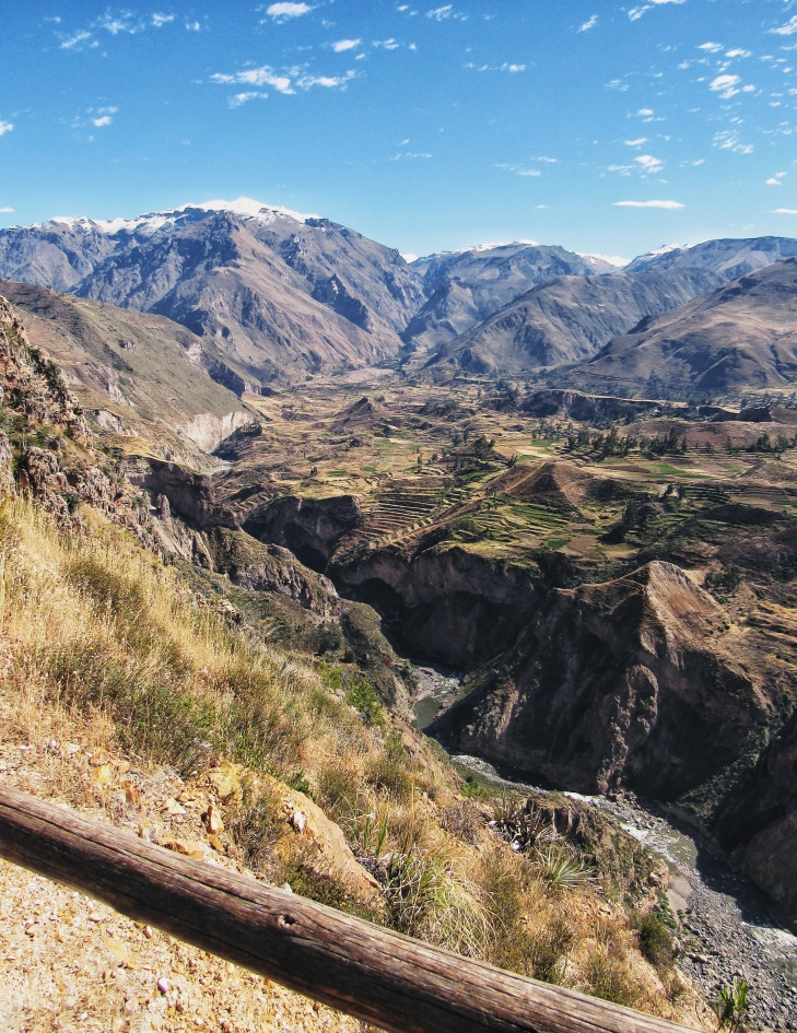 Terraços andinos na beira do rio